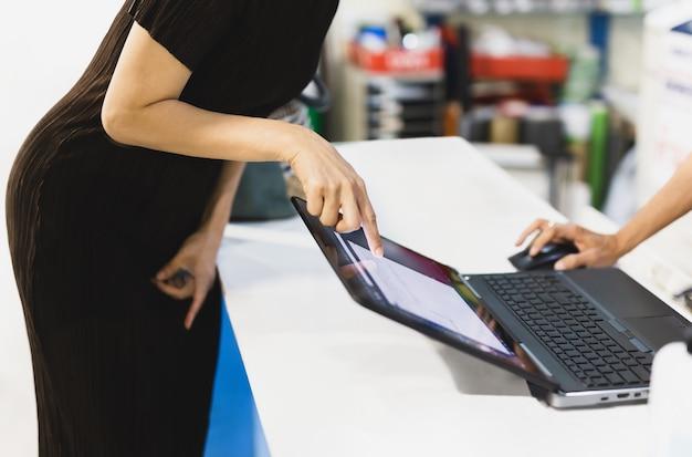 Geschäftsfrauenhand, die auf laptopbildschirm zeigt, um mit teamkollege zu sprechen, besprechen neues projekt