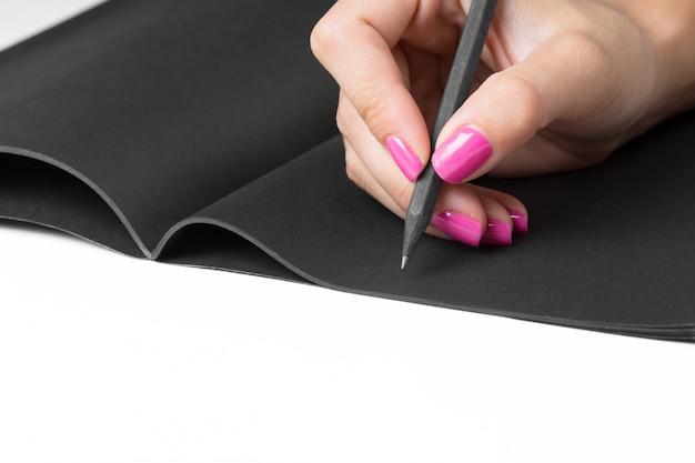 Geschäftsfrauhände, die notizbuch schreibend bearbeiten
