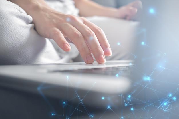Geschäftsfrauhand, die an laptoptastatur arbeitet. innovation und technologie, datensatzsystem, dokumentenmanagementkonzept. foto mit doppelbelichtung