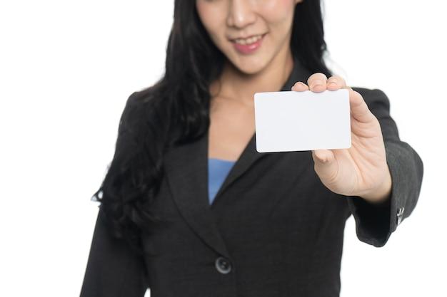 Geschäftsfrauhand, die visitenkarte auf weißem hintergrund zeigt