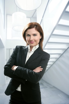 Geschäftsfrauporträt, modernes weißes haupttreppenhaus