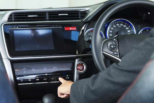 Geschäftsfraupresse ein digitales botton im mordern fahrzeugauto