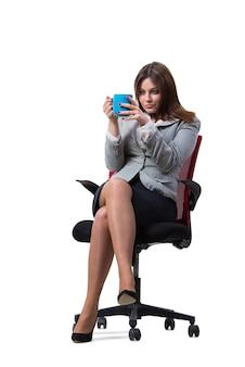 Geschäftsfrausitzen lokalisiert auf weiß