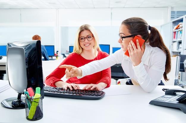 Geschäftsfrauteam, das am büroschreibtisch arbeitet