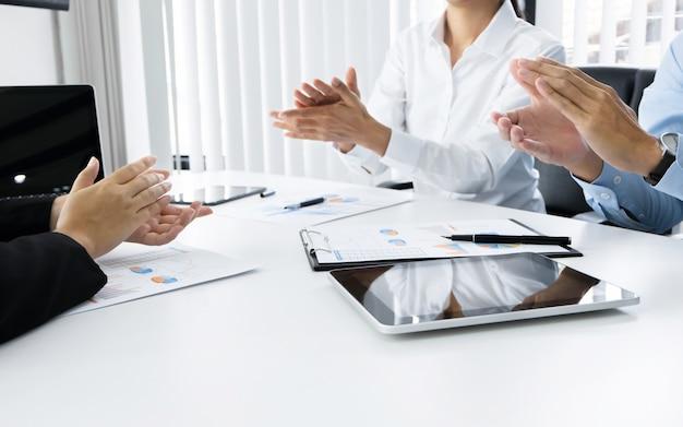 Geschäftsführer ceo klatschen eine hand vereinbarung erfolg deal mit partnerschaft bei einem treffen
