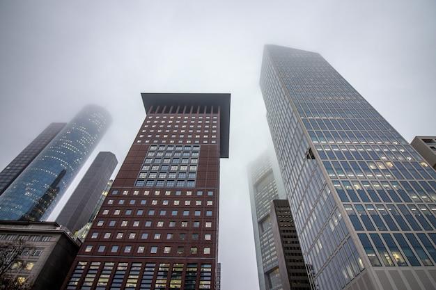 Geschäftsgebäude an einem wolkigen tag in frankfurt.