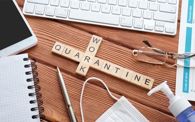 Geschäftsgegenstände auf einem holztisch. desktop zu hause. arbeiten sie während der quarantäne.
