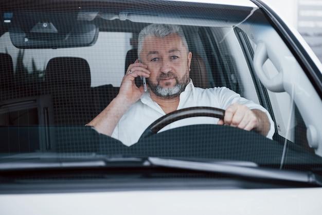 Geschäftsgespräch im auto während angehalten. gespräche führen - über neue angebote