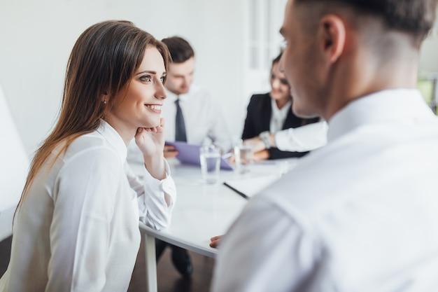 Geschäftsgespräche unter kollegen im stilvollen konferenzraum.