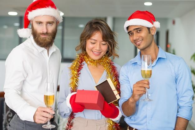 Geschäftsgruppe, die weihnachten im büro feiert