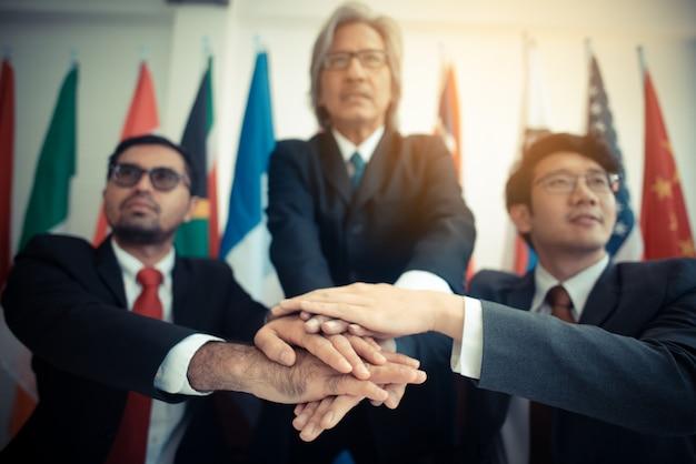 Geschäftsgruppe im erfolgskonzept, unterzeichnende zustimmung auf dokumenten, geschäftskonzept