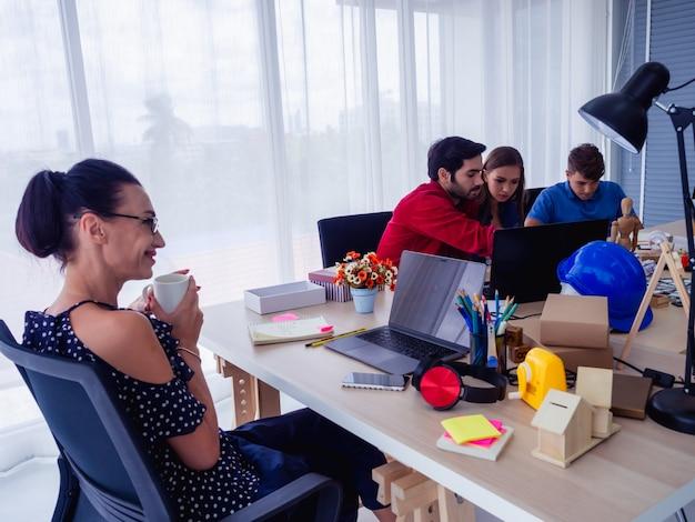 Geschäftsgruppe in diskussion in ihrem büro