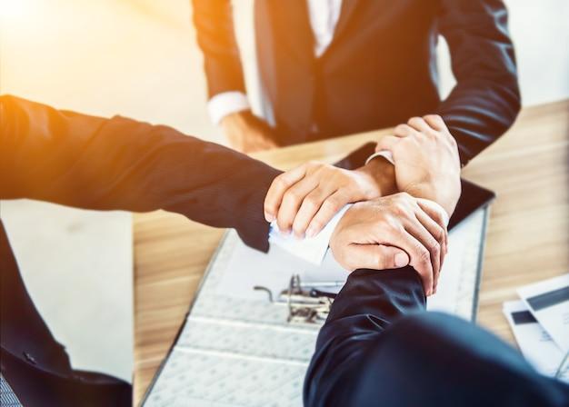 Geschäftshändedruck und teamwork für erfolg und leistungsziel