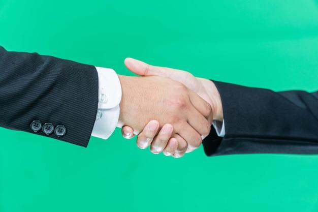 Geschäftshandschlag auf grünem bildschirmhintergrund, partnerschaftsvertrauen, respektzeichen