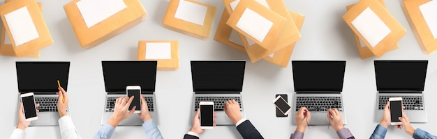 Geschäftsinhaber arbeitet. online-shopping kmu-unternehmer