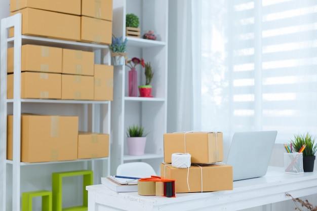 Geschäftsinhaber, der zu hause an der büroverpackung arbeitet
