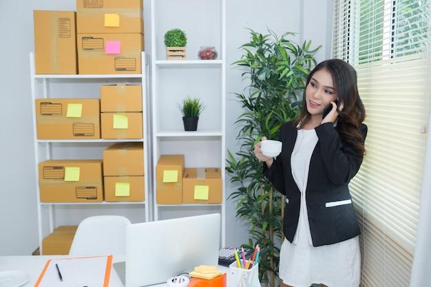 Geschäftsinhaber, der zu hause büro arbeitet