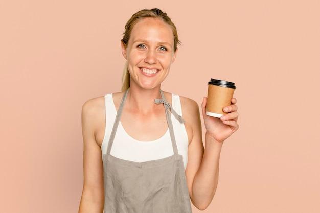 Geschäftsinhaberfrau, die kaffeetasse hält
