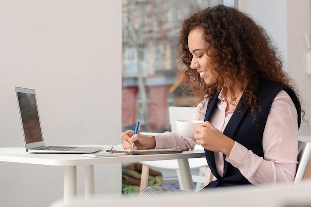 Geschäftsinhaberin, die in ihrem café arbeitet
