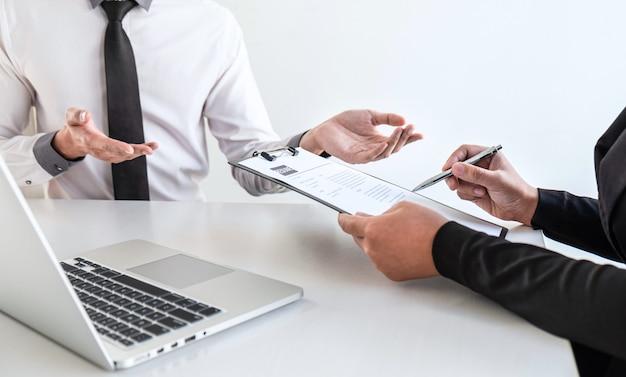 Geschäftsinterview betrachten und stellen kandidaten fragen ein lebenslaufgespräch während über das profil des kandidaten, ein bewerbungsgespräch führen und antworten auf die gedanken hören.