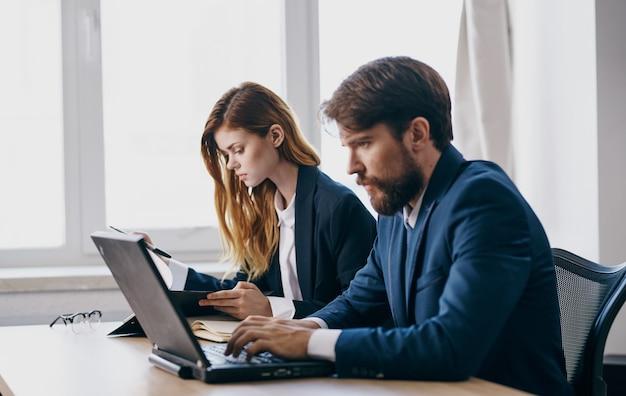 Geschäftskollege bei der arbeit am schreibtisch laptop finanzprofis
