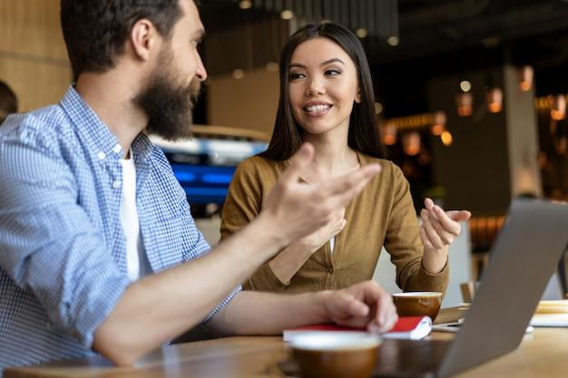Geschäftskollegen arbeiten startup, diskutieren ideen, reden, brainstorming, teamwork
