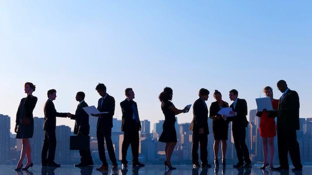 Geschäftskollegen auf dem dach sprechen