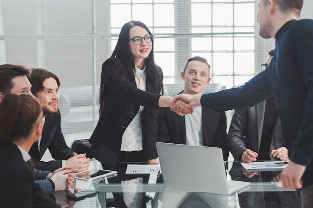 Geschäftskollegen begrüßen sich bei einem bürotreffen. konzept der zusammenarbeit