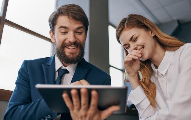 Geschäftskollegen bei der arbeit kommunikationsfachleute arbeiten.
