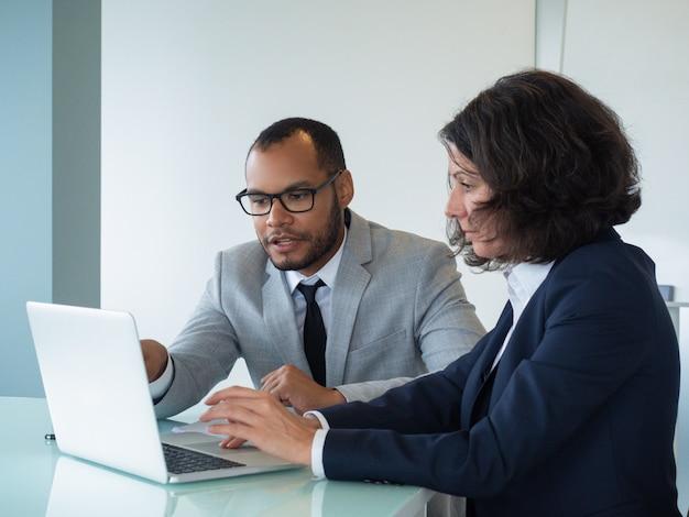 Geschäftskollegen, die bericht wiederholen und besprechen