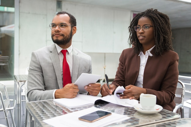 Geschäftskollegen, die dokumente überprüfen
