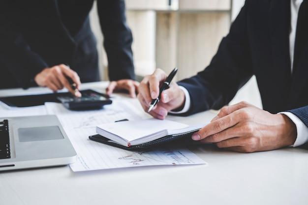 Geschäftskollegen, die mit laptop arbeiten, börse besprechen und analysieren