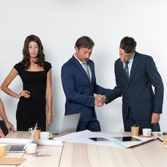 Geschäftskollegen, die mittleren schuss der hände rütteln