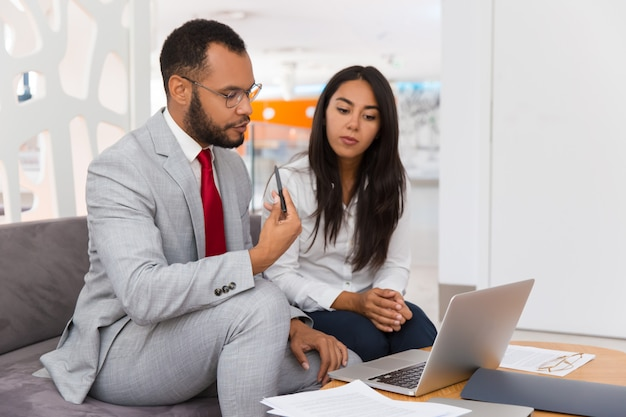 Geschäftskollegen, die projektdarstellung aufpassen
