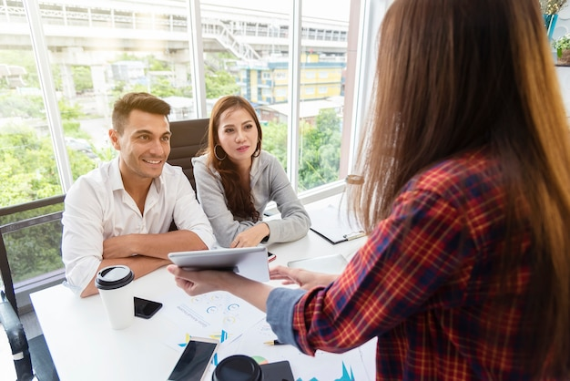 Geschäftskollegen, die über arbeit im büro sich treffen und gedanklich lösen