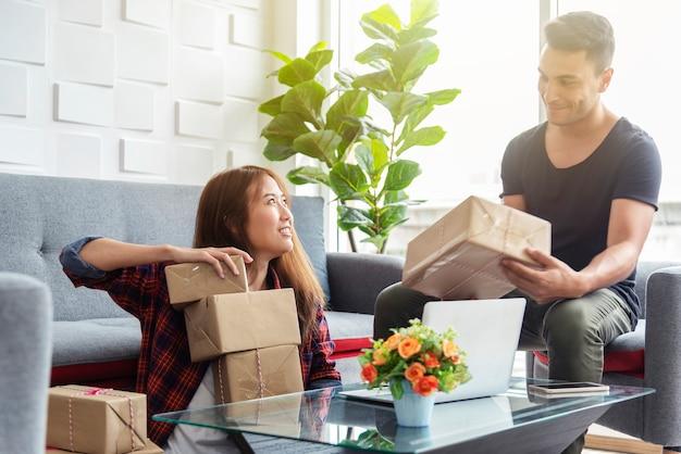 Geschäftskollegen, die zusammen mit glücklichem im büro arbeiten. online-marketing.