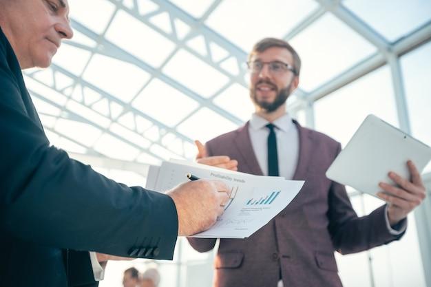 Geschäftskollegen diskutieren die aktuelle finanzielle situation