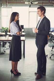 Geschäftskollegen diskutieren plan nach dem treffen