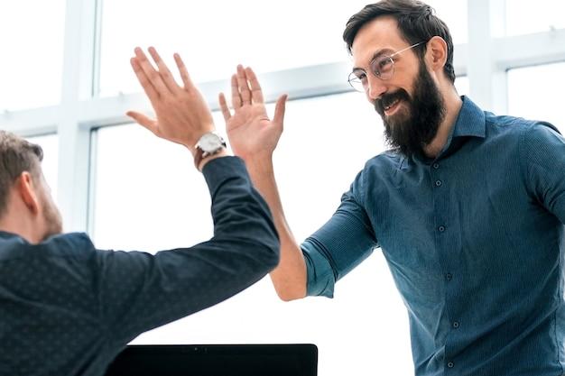 Geschäftskollegen geben sich gegenseitig eine hohe fünf. foto mit kopierraum