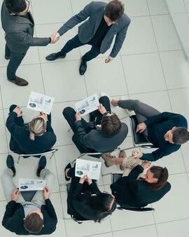 Geschäftskollegen unterstützen sich gegenseitig mit einem handschlag
