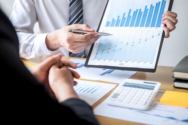 Geschäftskollegenteam, das mit neuem projekt der buchhaltungsfinanzierung arbeitet und analysiert