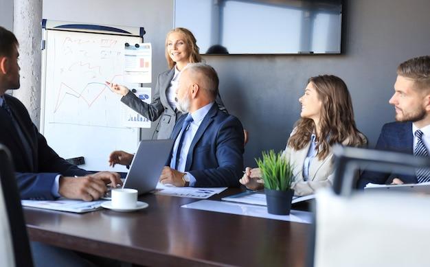 Geschäftskonferenzpräsentation mit teamtraining flipchart-büro.