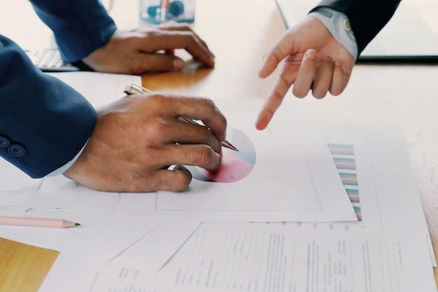 Geschäftskontoteamsitzung mit neuem projekt des berichtsmanagements