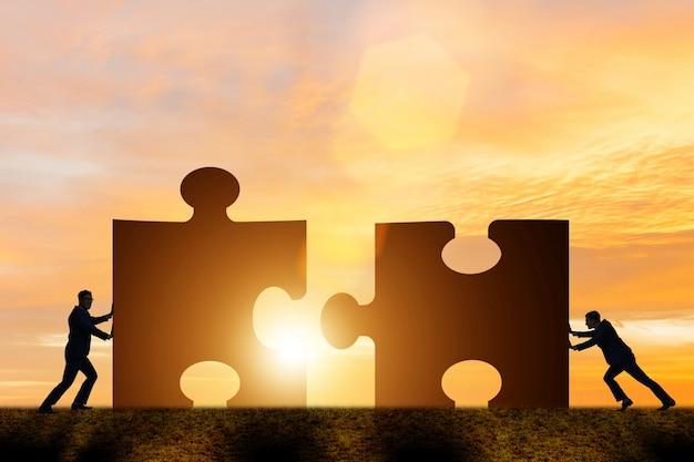 Geschäftskonzept der teamarbeit mit puzzlen