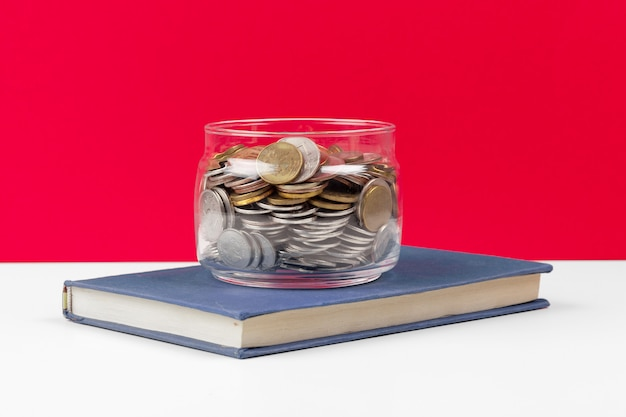 Geschäftskonzept, einsparungsplanung mit münzen im glasgefäß