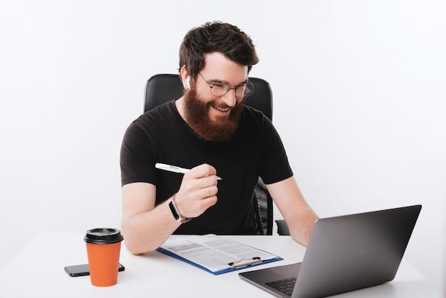 Geschäftskonzept, foto des arbeiters, der seine papierarbeit erledigt und ergebnisse prüft