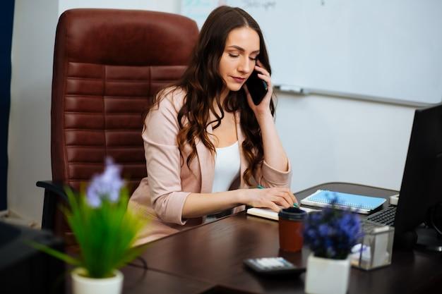 Geschäftskonzept, frau, die am telefon plaudert