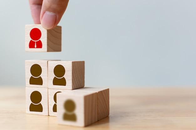 Geschäftskonzept für personal- und talentmanagement und rekrutierung, holzwürfelblock von hand auf die obere treppe setzen