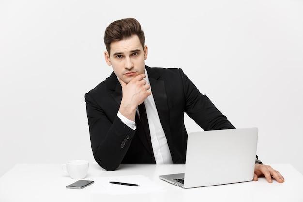 Geschäftskonzept geschäftsmann denkt ideen strategie arbeitskonzept im büro