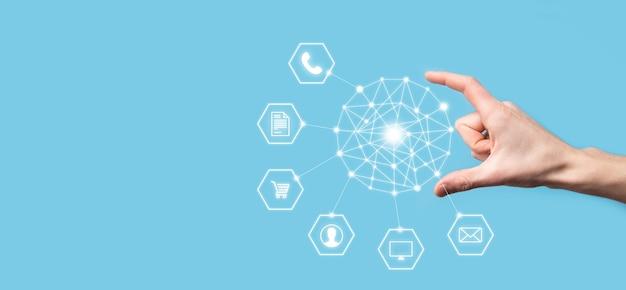 Geschäftskonzept nahaufnahme des mannes mit mobilem smartphone und infografik-symbol der community-technologie digital.konzept von high-tech und big data. getöntes bild